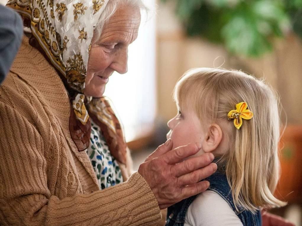 Бабушка очень балует внуков и всё им позволяет – как реагировать родителям?