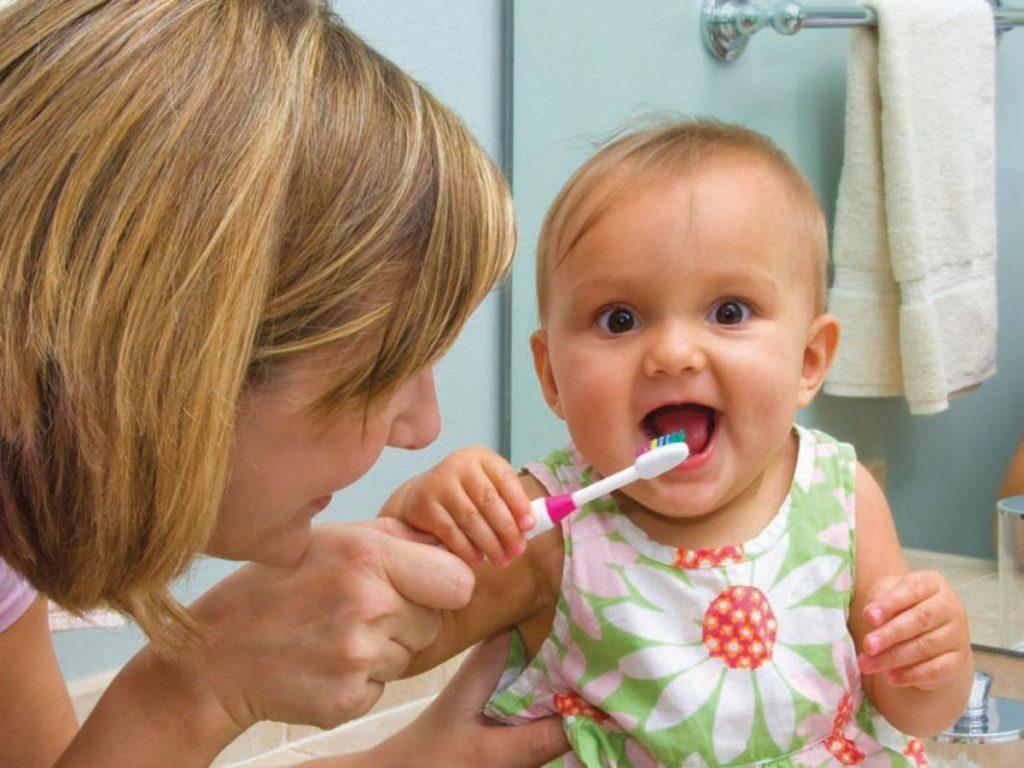 Как правильно начинать чистить зубы годовалому ребенку