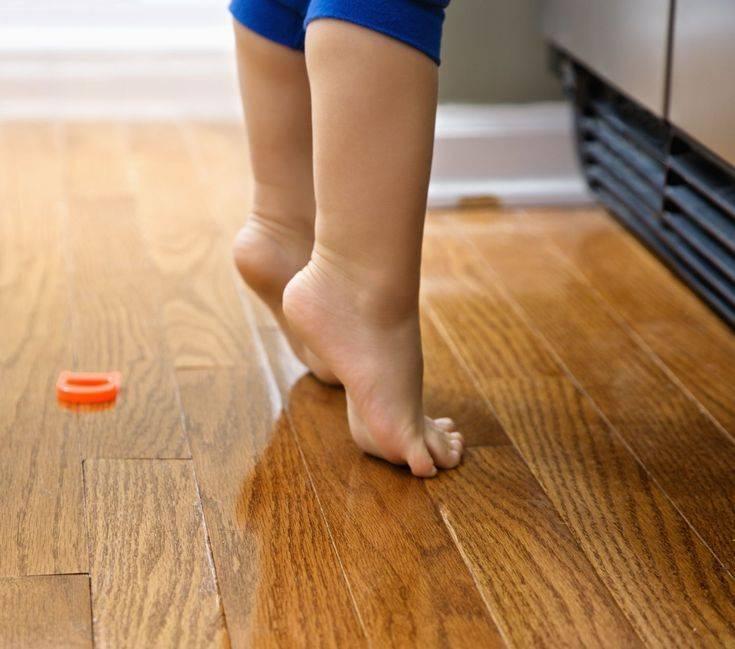 Ребенок ходит на носочках (на цыпочках): причины, что делать