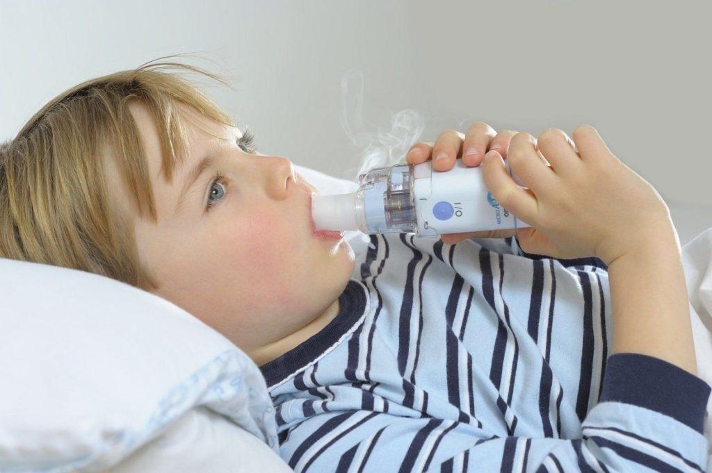 Чем лечить ребенка, если у него появился сухой лающий кашель: как делать ингаляции, какие препараты помогут?
