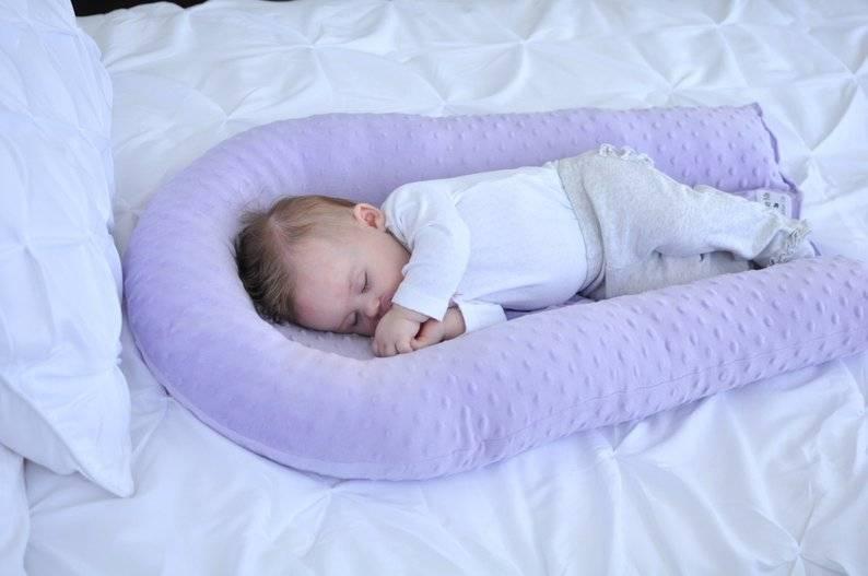Подушка для новорождённого: нужна ли? какую выбрать и когда класть