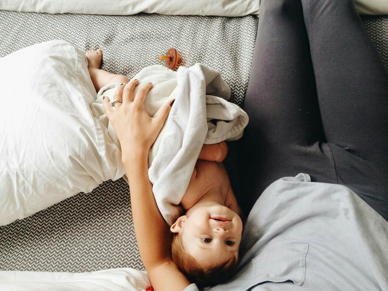 Что делать, если ребенок спит только на руках, а не в кровати?