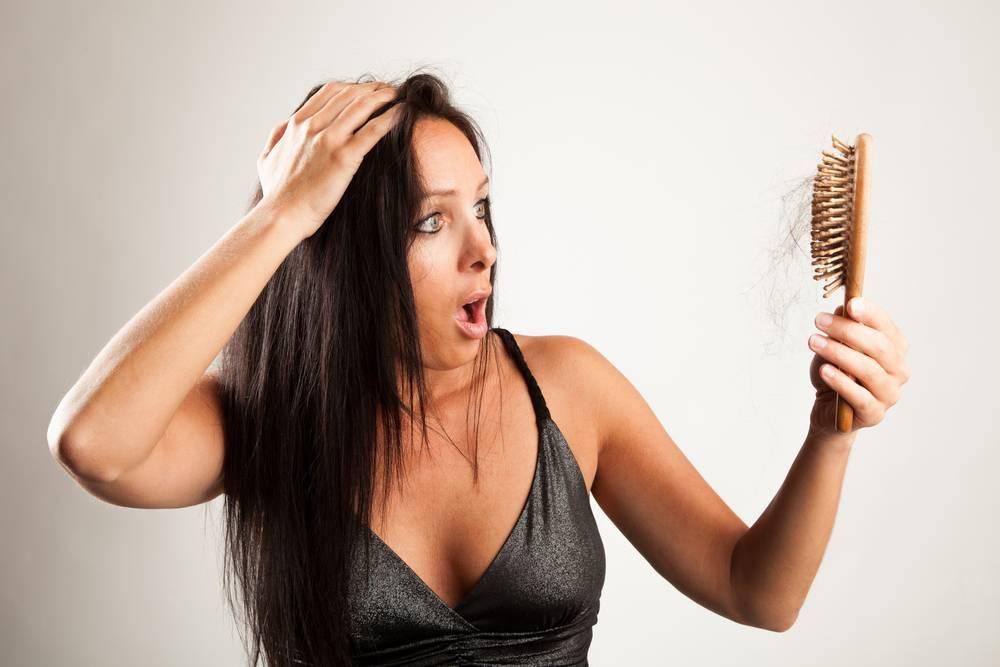 Выпадают волосы после родов: причины, что делать?