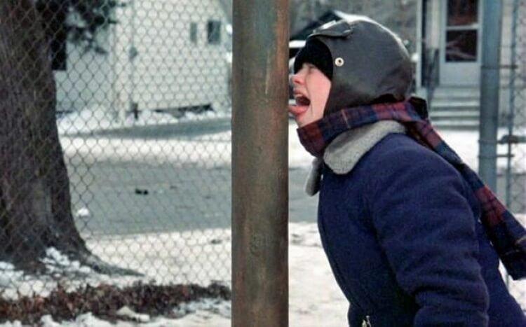 Язык примерз на морозе к железу - что делать, как помочь ребенку