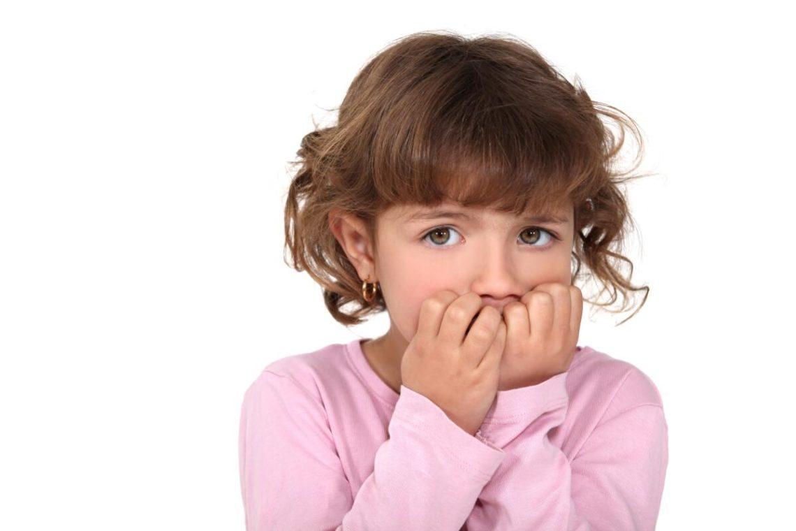 Как отучить ребенка грызть ногти на руках: что нужно делать, можно ли покрыть их лаком, а также каковы основные причины, почему это происходит и советы психолога