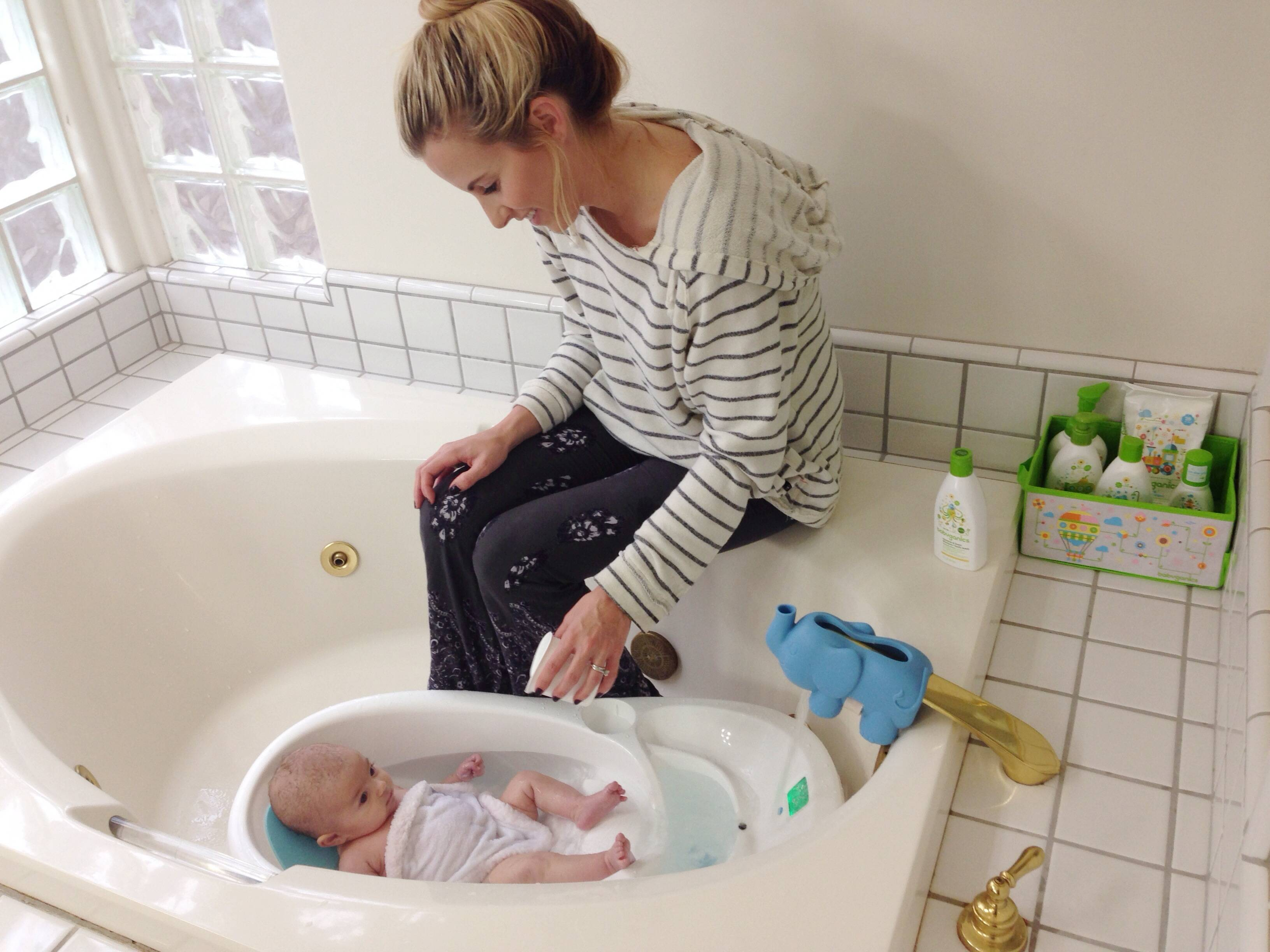 Вода для купания новорожденного: оптимальная температура и другие правила