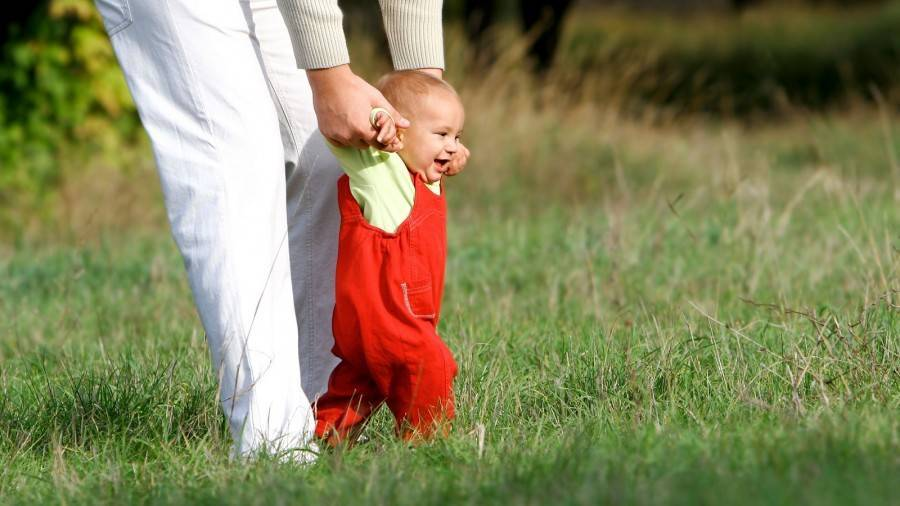 Первые шаги ребенка: учимся правильно ходить | как научить малыша ходить самостоятельно