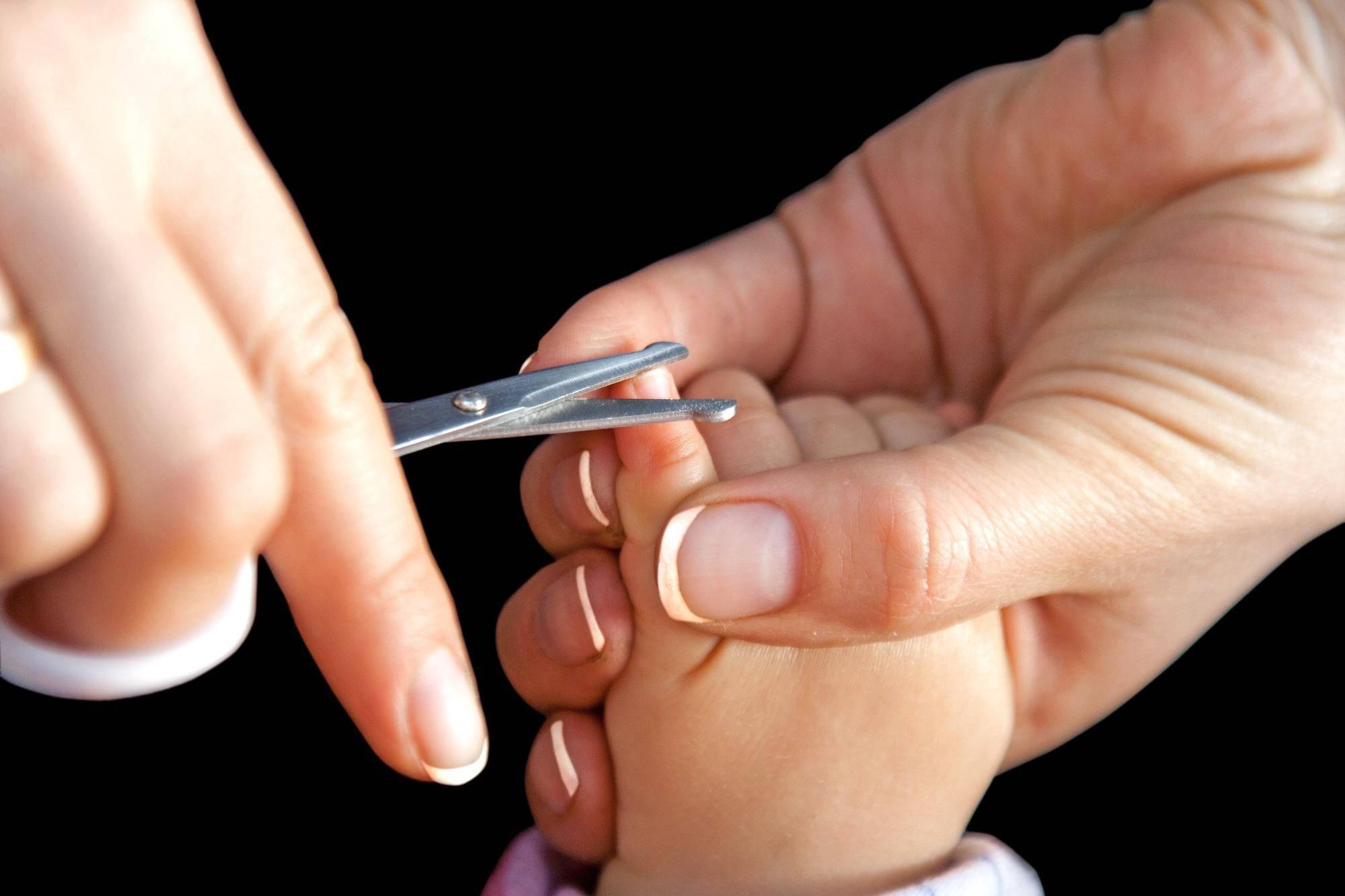 Как правильно подстригать ногти новорожденному