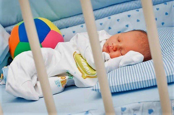 Как приучить ребенка спать в своей кроватке: 4 успешных шага и частые ошибки родителей