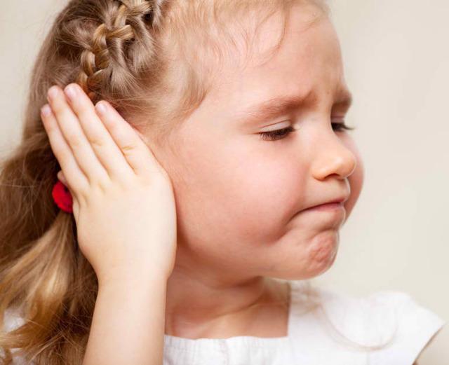Ребенок чешет за ушами и затылок причины. зуд головы у ребенка