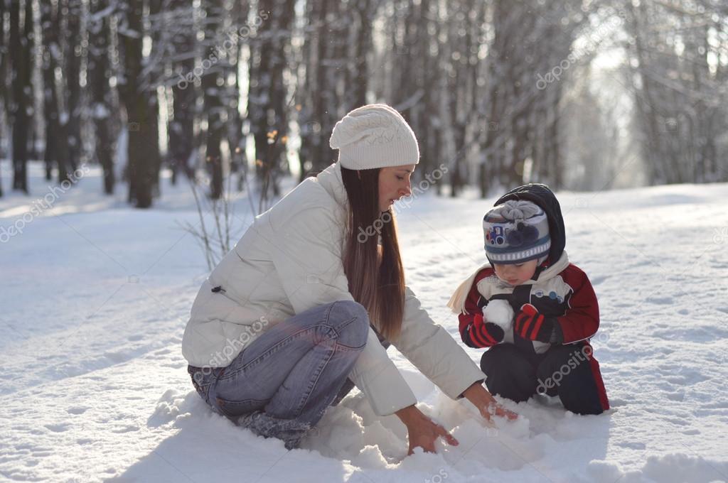 Зимние прогулки с малышом. что необходимо знать мамочке?