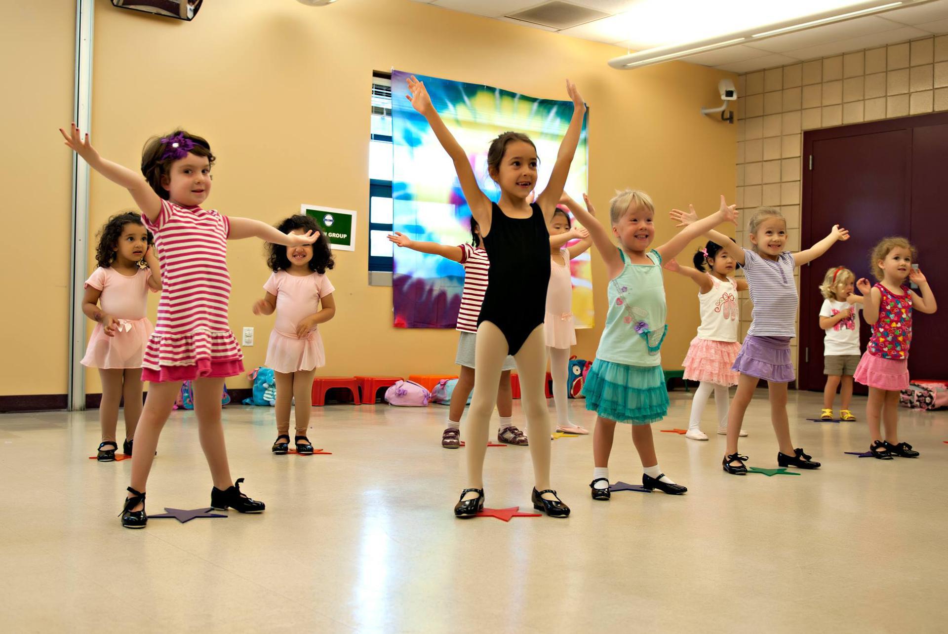 Зачем и когда девочку отдавать на танцы, советы по приобретению качественной одежды для занятий