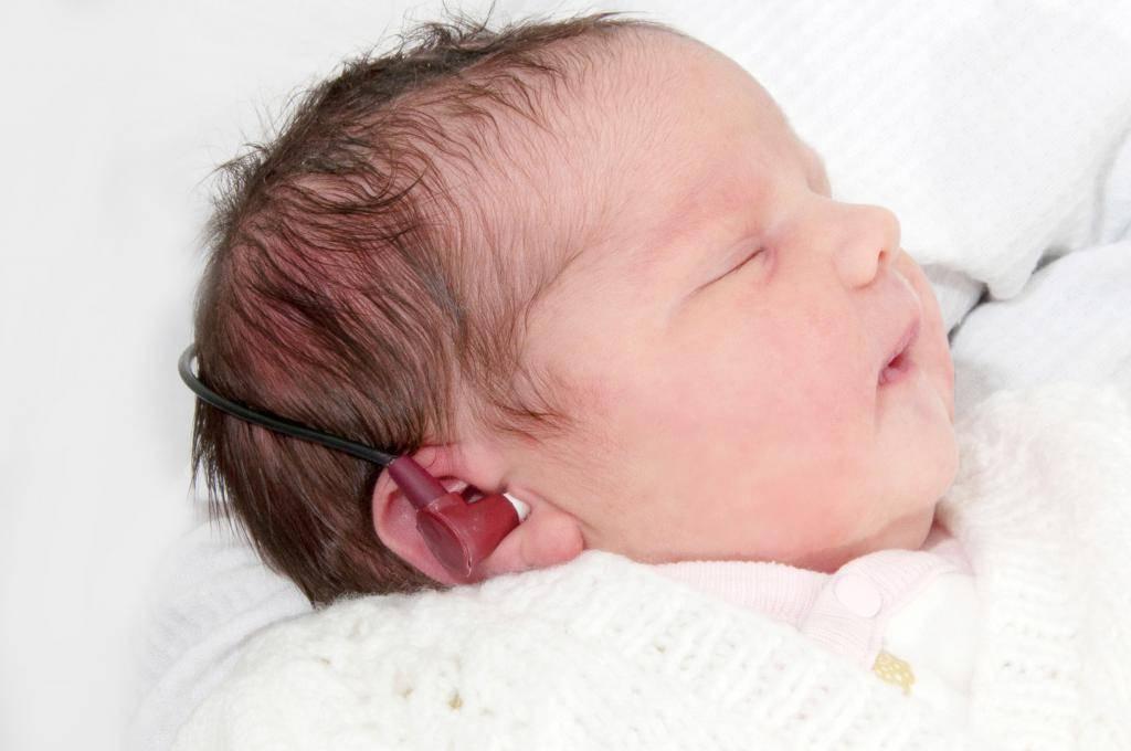 Когда новорожденный начинает слышать и видеть нормально