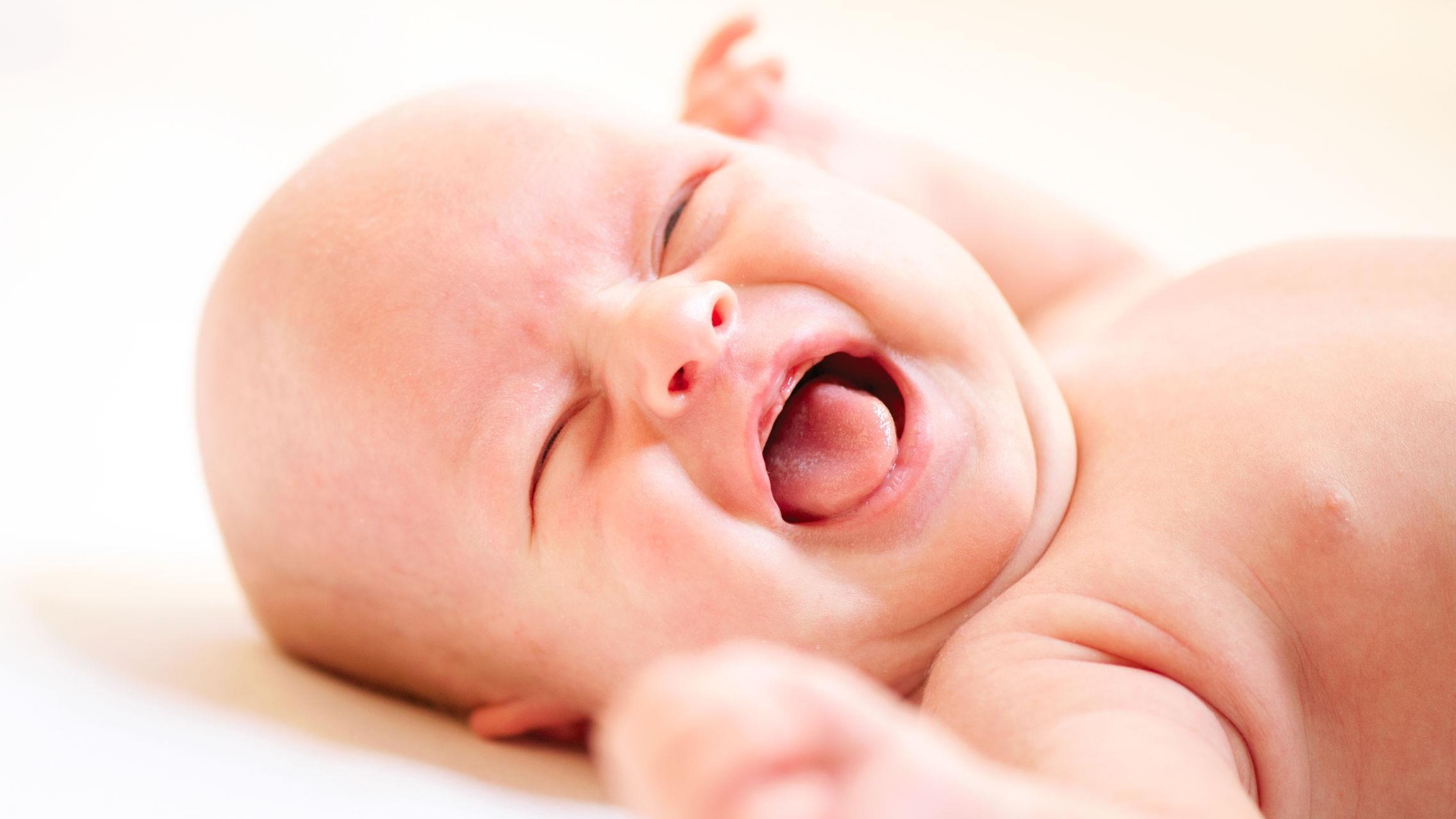 Новорождённый постоянно плачет: как понять причину и помочь ребенку