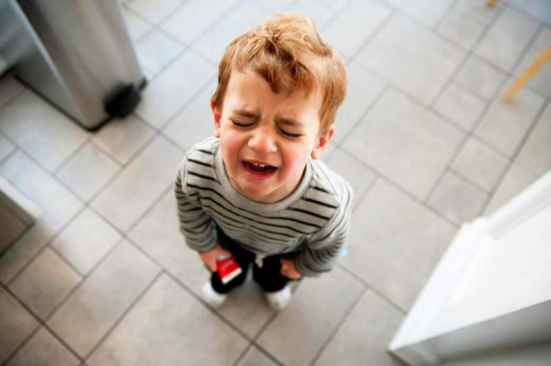 Почему ребенок бьется головой об пол и стены: причины и как реагировать