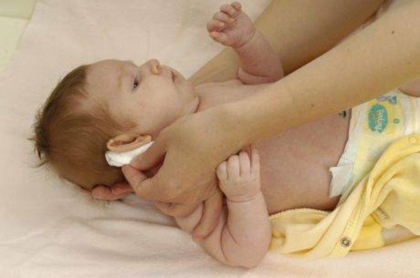 Трескается и шелушится кожа за ушами у ребенка: причины образования у грудничков