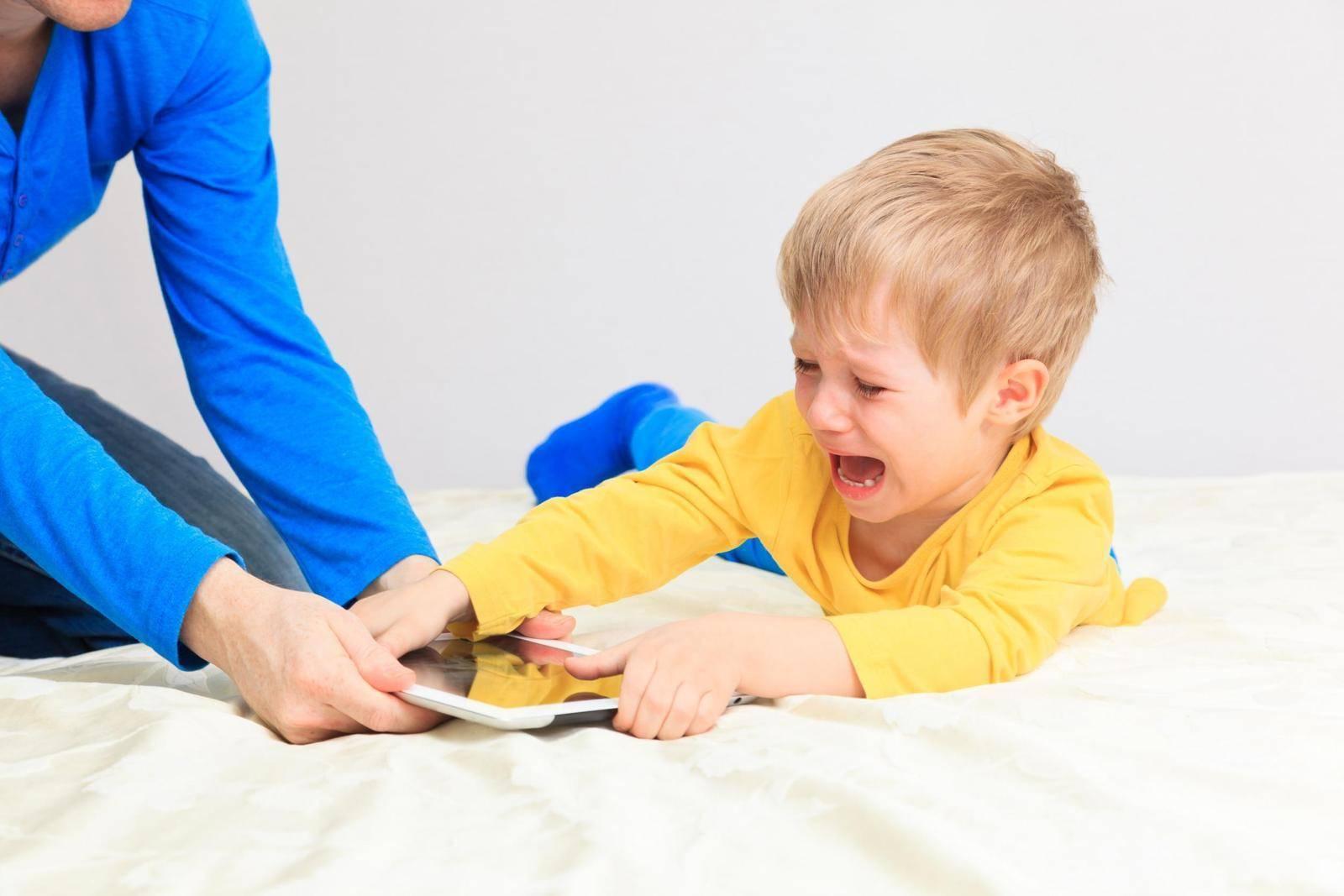 Ребенок не делится игрушками: это хорошо или плохо