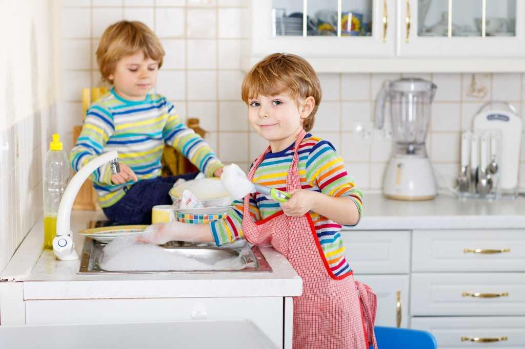 Как приучить ребенка помогать по дому? c какого возраста стоит начать. | woomy.ru