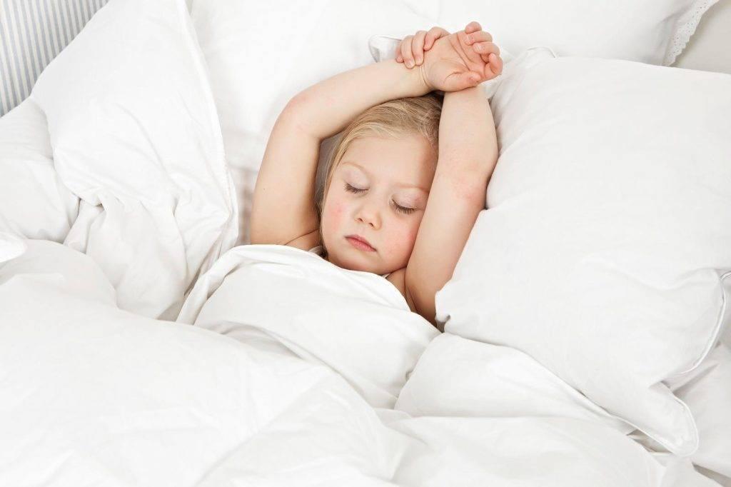 С какого возраста ребенку для сна нужна подушка и как ее выбрать?