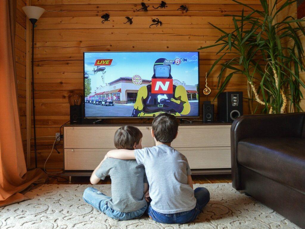 Ребенок смотрит телевизор: нормально ли это