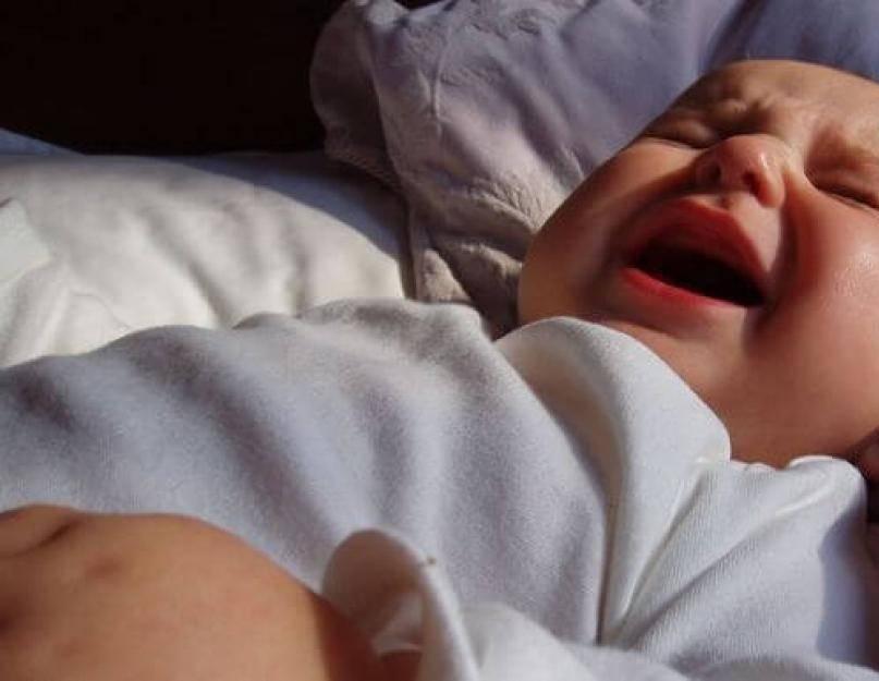 Новорожденный кряхтит во сне и выгибается: что это значит