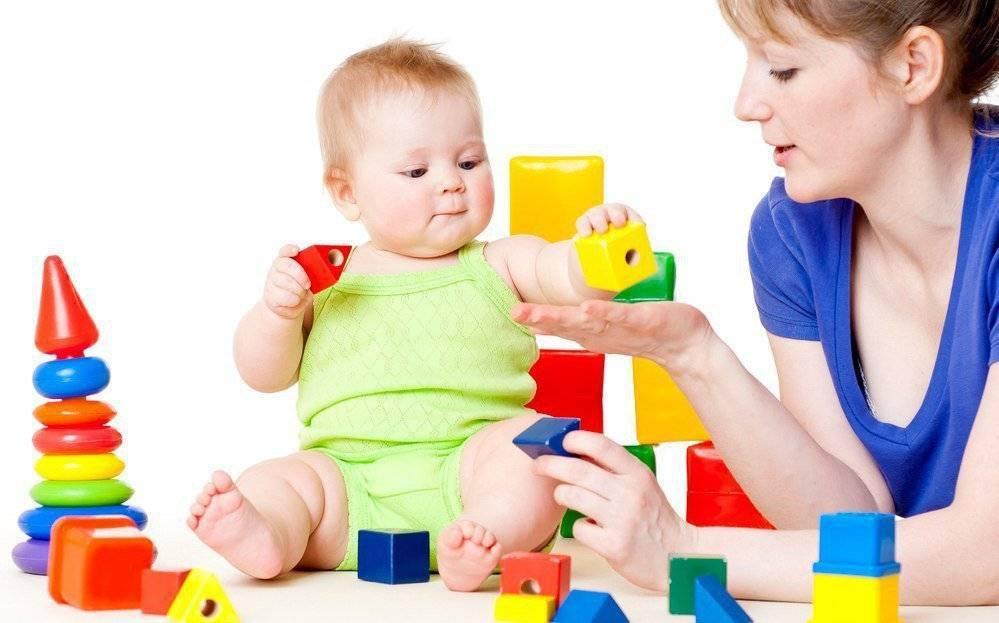 Развитие ребенка до года: 10 месяцев