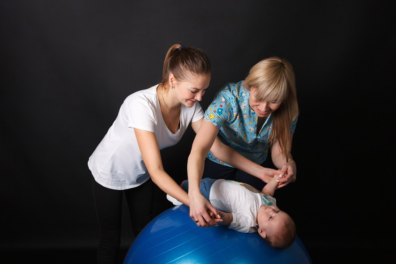 Занятия на фитболе с новорожденным ребенком (+ очень много видео инструкций)
