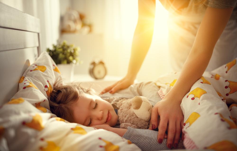 Ребенок спит только на руках, а положишь в кроватку просыпается.