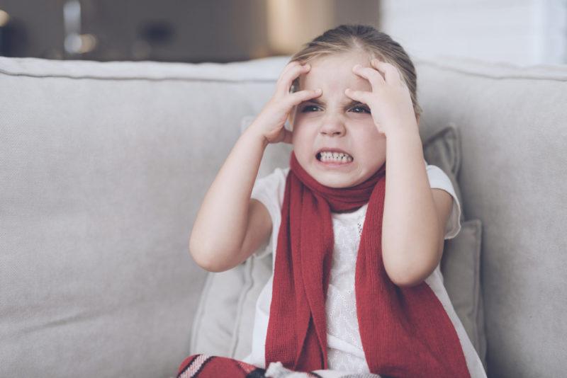 Ребенок бьется головой об стену: причины, объяснения доктора комаровского