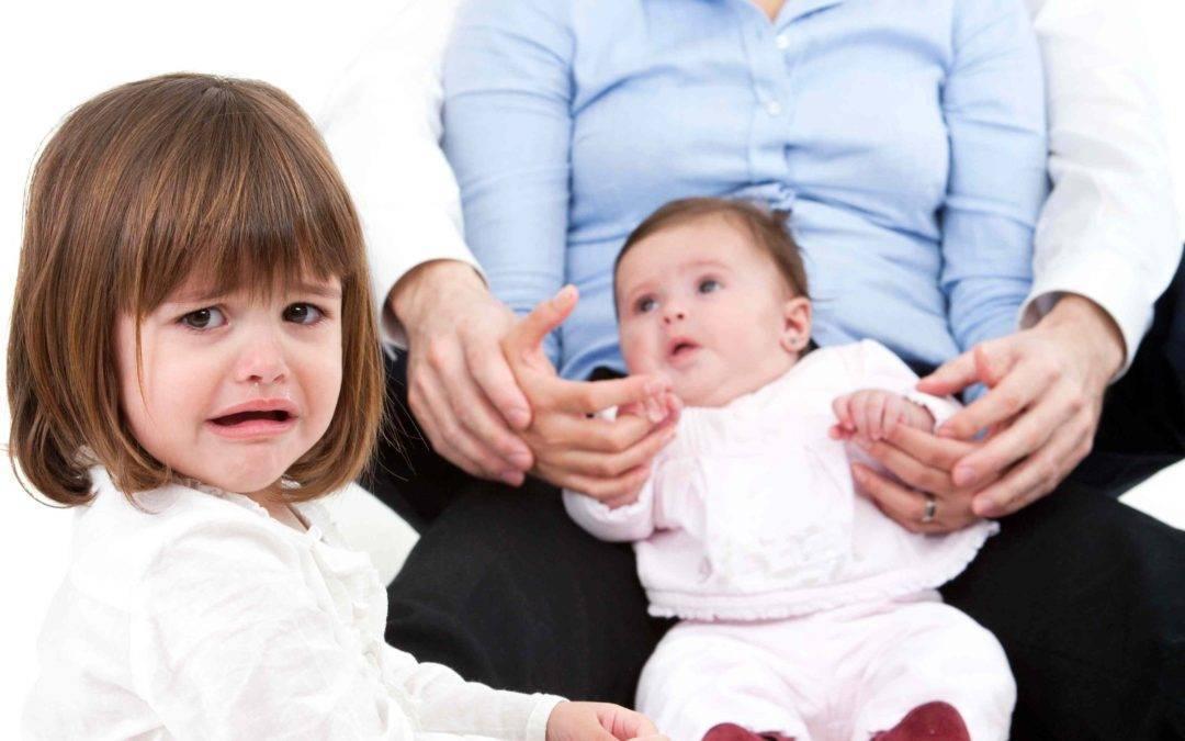 Детская ревность: старший ребенок ревнует к младшему