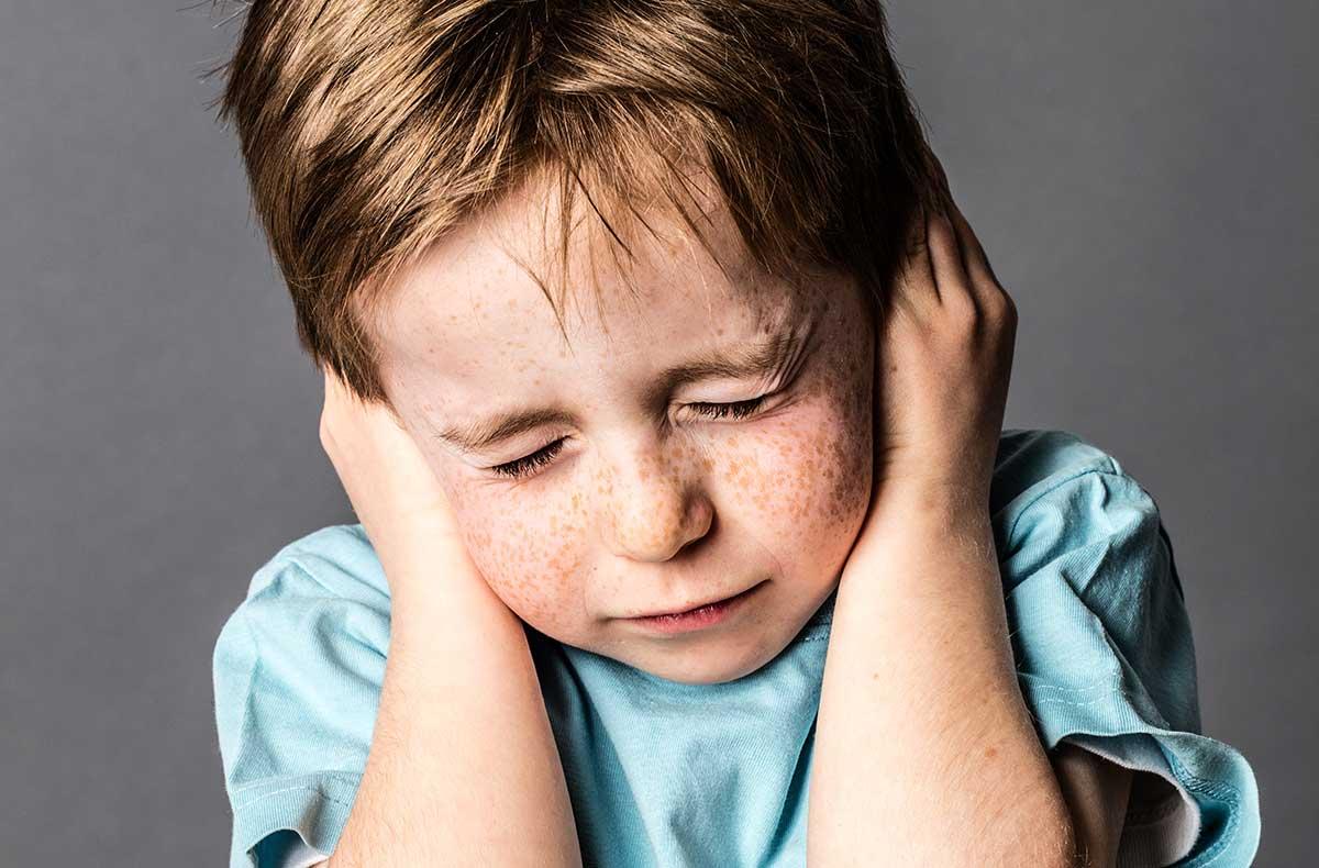 Ребенок боится чужих людей: причины страха, что делать, советы психолога