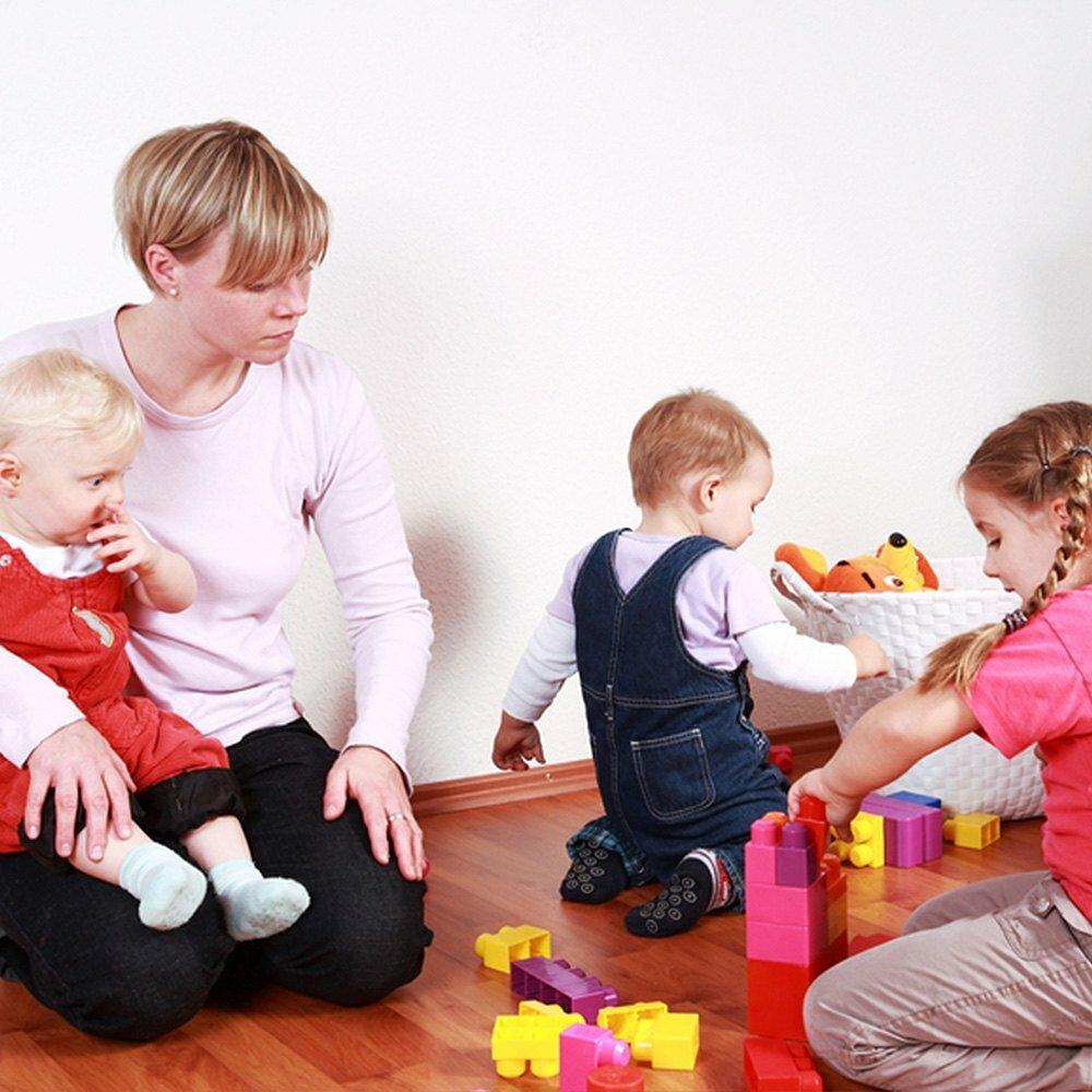 С кем оставить ребенка: няня, бабушка или детский сад