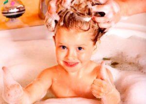 Как и чем мыть голову ребенку: 8 простых, но важных советов родителям