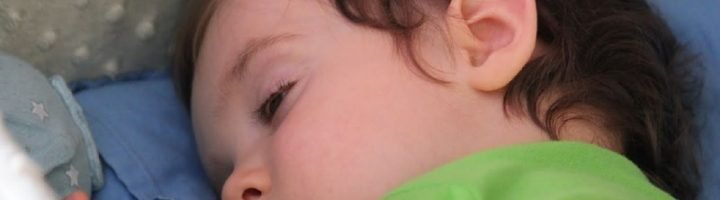 Почему ребенок спит с приоткрытыми глазами?