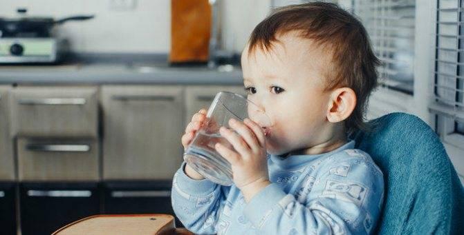 Как научить ребенка пить из кружки: полезные советы