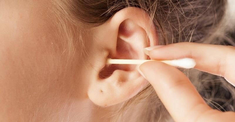 Как помыть детский матрас. как правильно чистить уши грудничкам до года и детям постарше от серы и других загрязнений? чем опасна неправильная гигиена ушей у детей