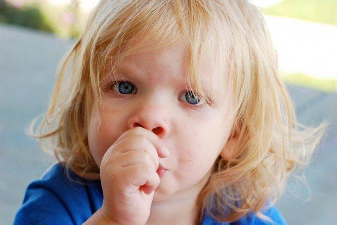 Почему сосут палец дети: вред и польза, а также мнение доктора комаровского