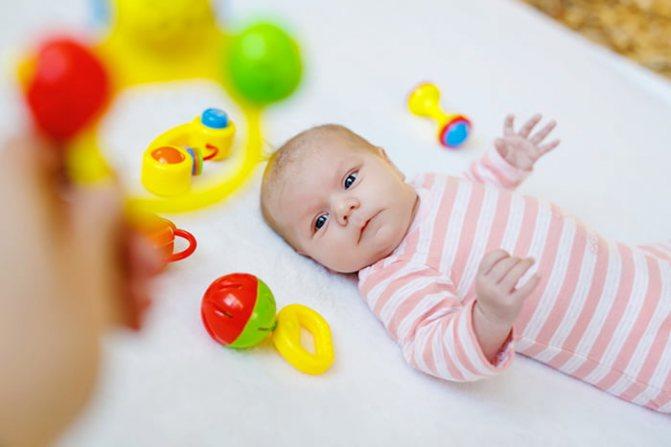 Когда ребёнок начинает держать игрушку в руках | уроки для мам
