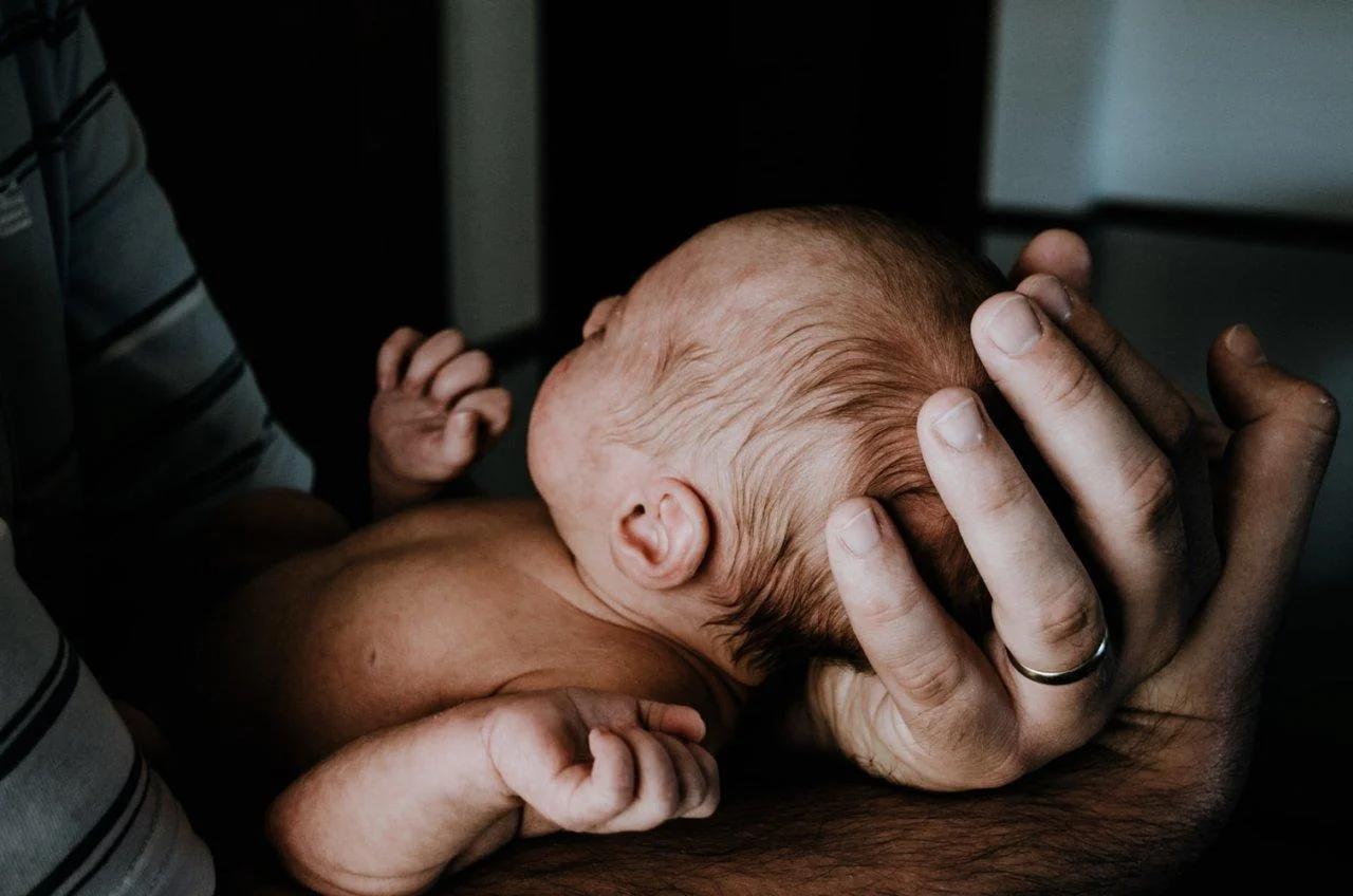 Когда можно показать новорожденного ребенка друзьям и родственникам: ждем традиционные 40 дней? - врач 24/7