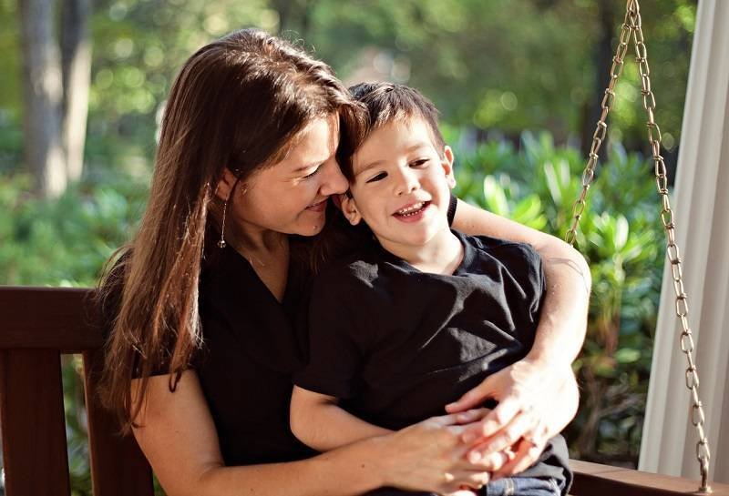 Чрезмерная опека родителей: в чем опасность? о негативных последствиях чрезмерной опеки и заботы для мальчиков в разном возрасте мать опекает взрослого сына