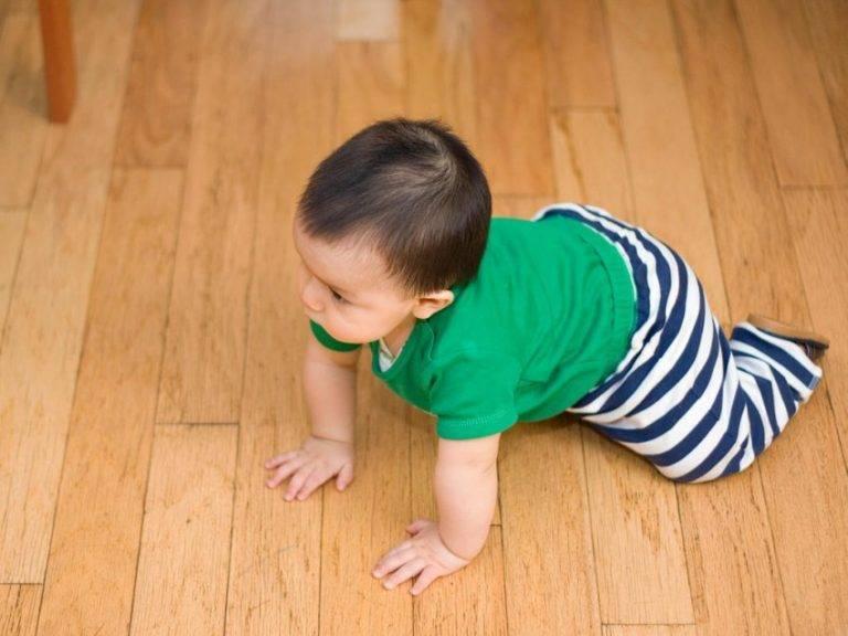 Как научить ребенка ползать на четвереньках: советы по обучению и упражнения