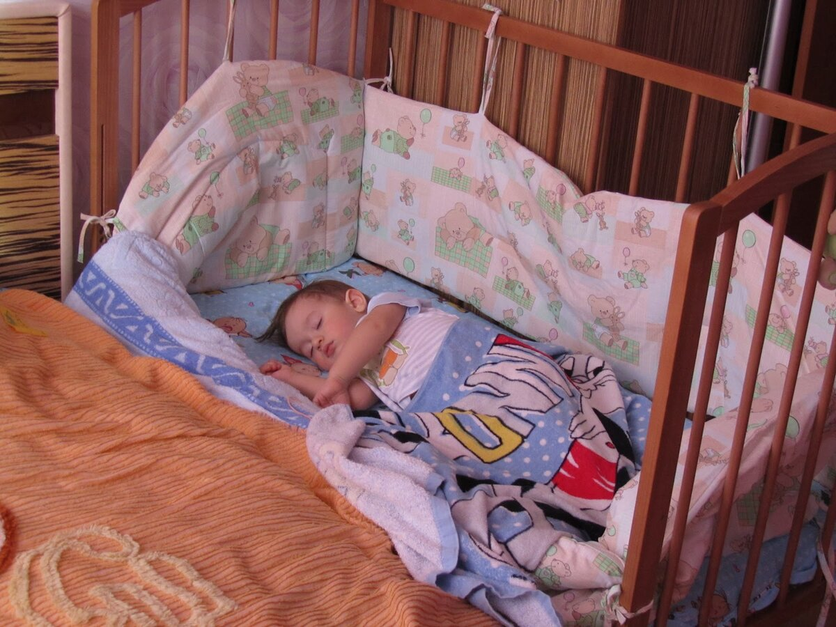 Как приучить ребенка спать отдельно от родителей: опытом делятся многодетные мамы, преимущества и недостатки совместного сна