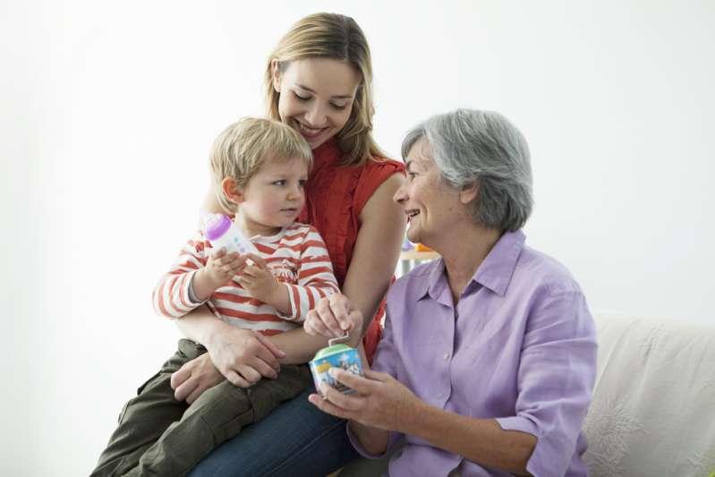 Бабушка сильно балует внуков и все им позволяет: как реагировать родителям
