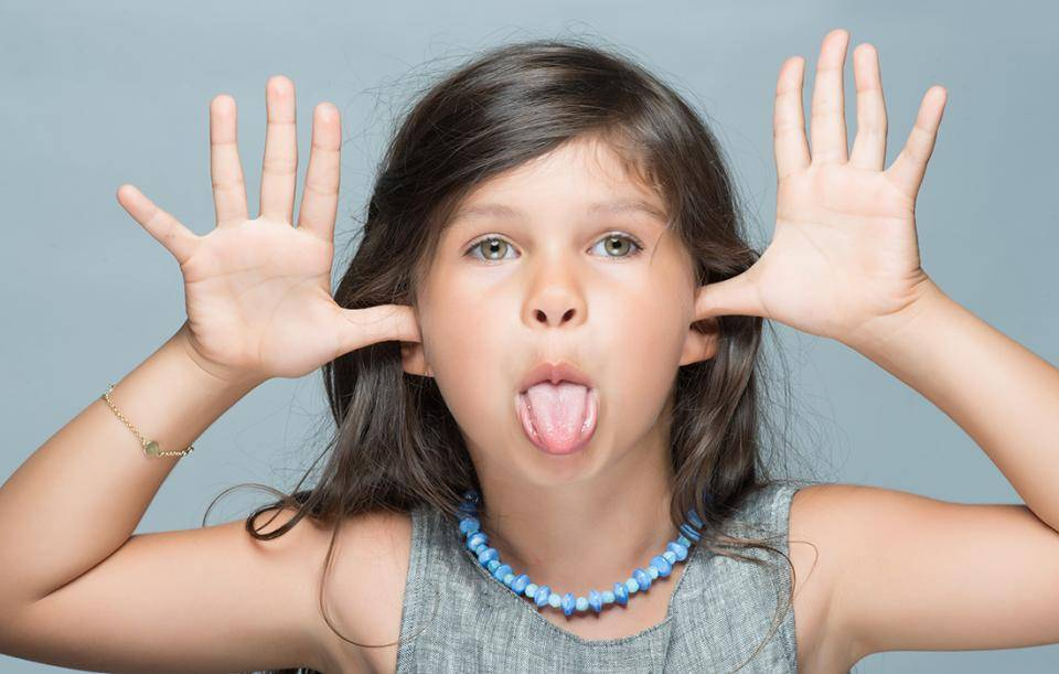 Сын постоянно кривляется и ведет себя, порой, как ребенок - 6 советов психологов, консультации