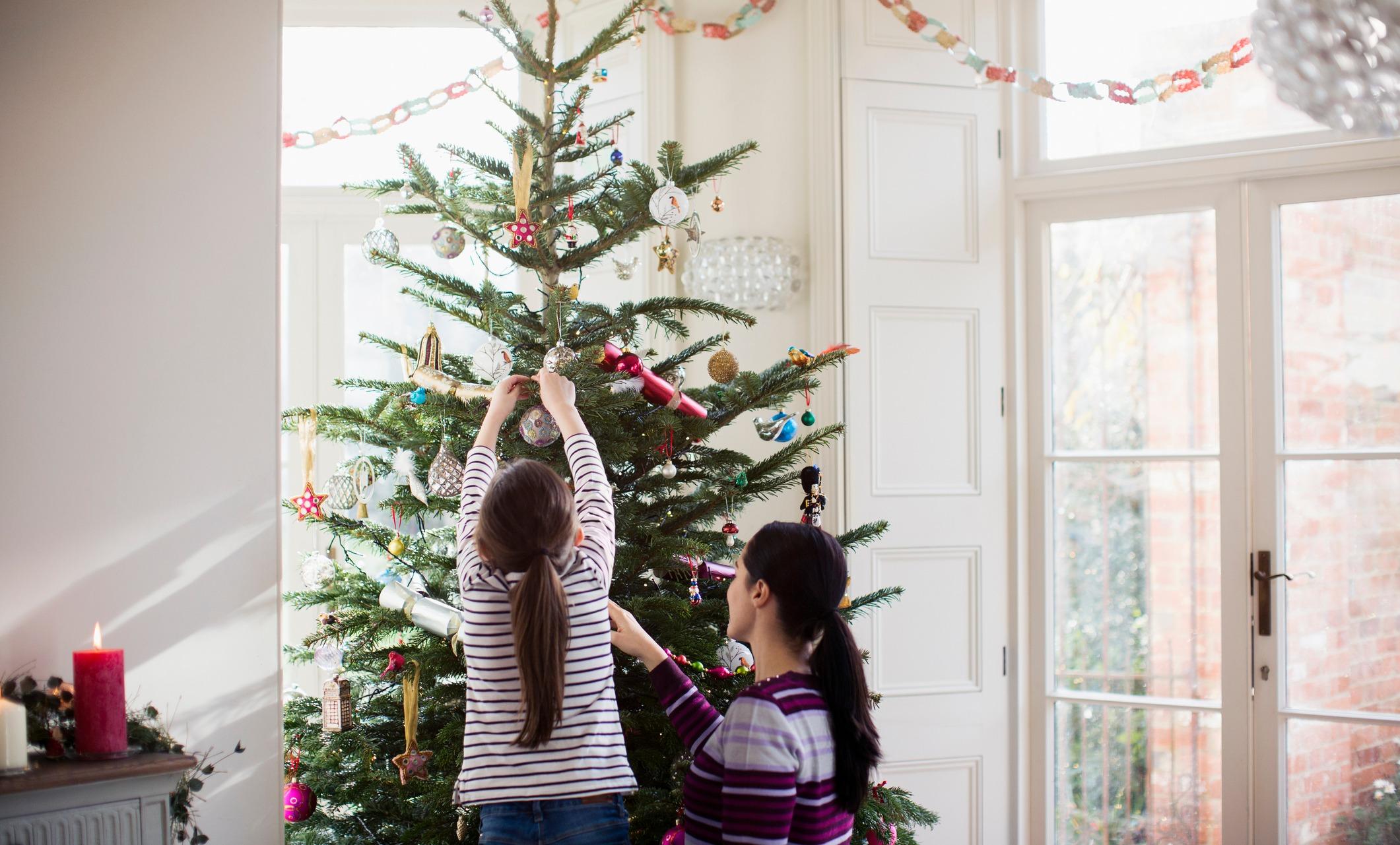 Елка в доме с маленьким ребенком: как поставить и нарядить? / mama66.ru