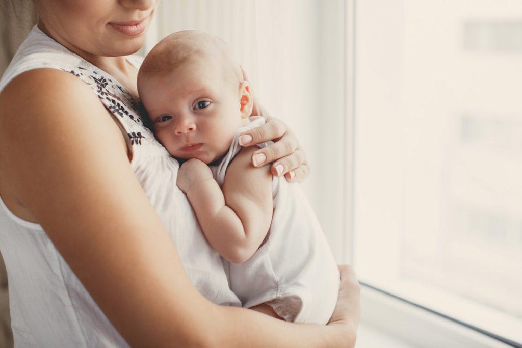 Как держать новорожденного столбиком после кормления: пошаговая инструкция