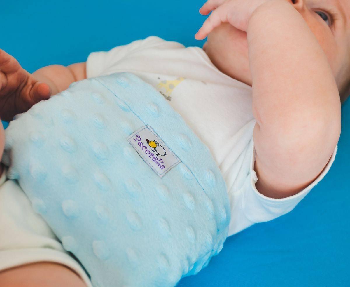 Как ставится грелка при коликах у новорожденных?