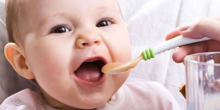 С какого возраста можно давать твердую пищу и как научить ребенка ее жевать?