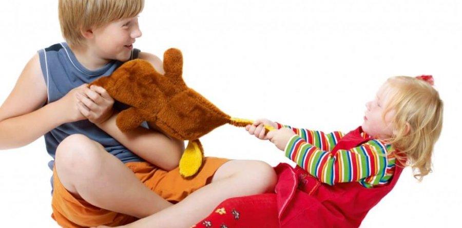 Ребёнок не делится игрушками: нужно ли учить быть щедрым