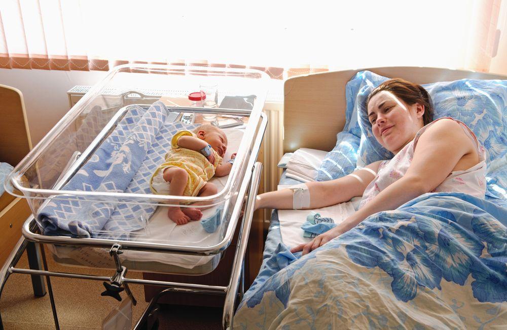 Первые вопросы о кормлении грудью в роддоме . первое кормление новорожденного молозивом